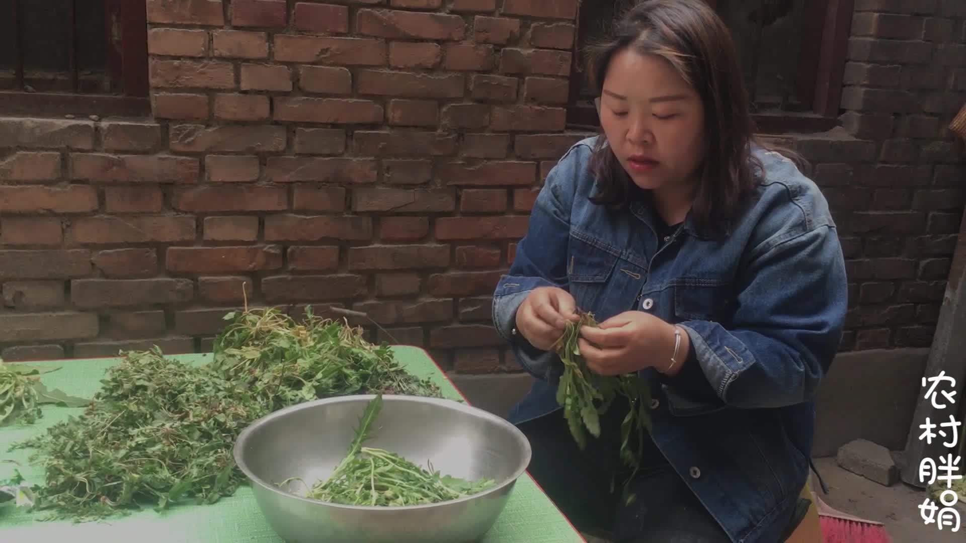 农村媳妇做了一盘野菜,做法简单又不失营养,把老公馋坏了