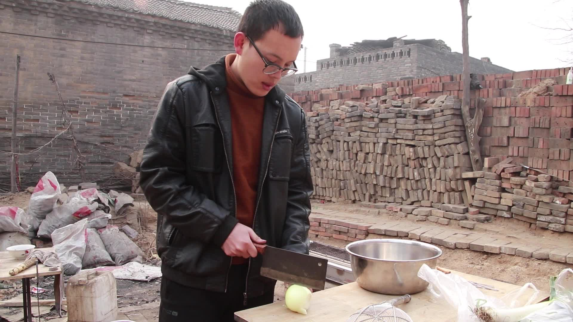 农村阿豹院子里烤鸭翅吃,刷上秘制烧烤酱,光看颜色就流口水!