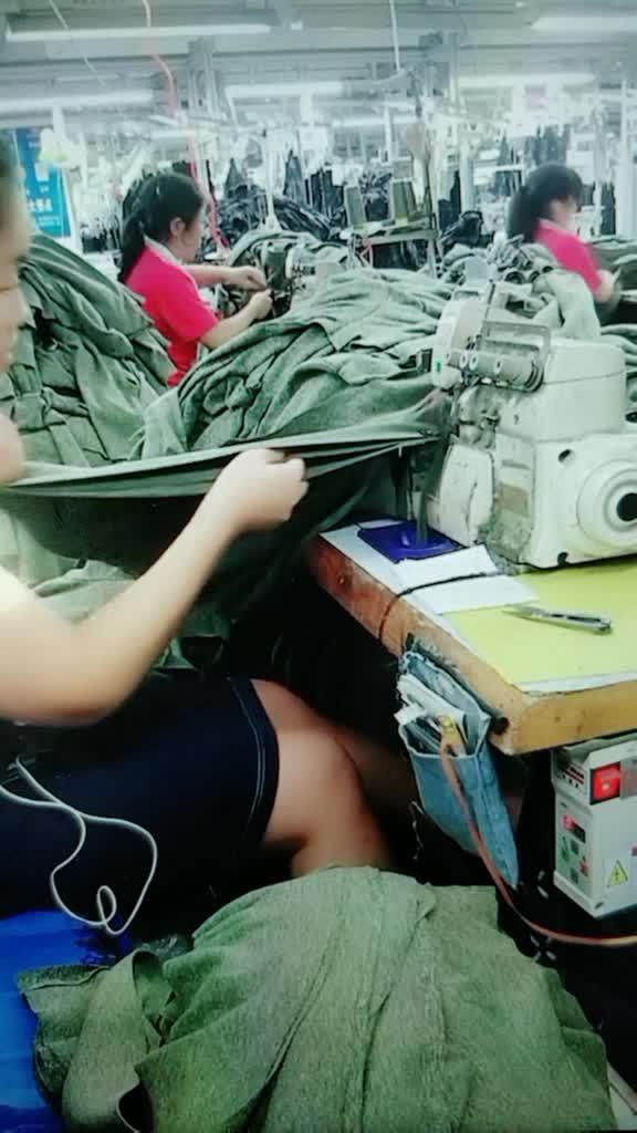 工厂干活最快的工资最高的,女孩