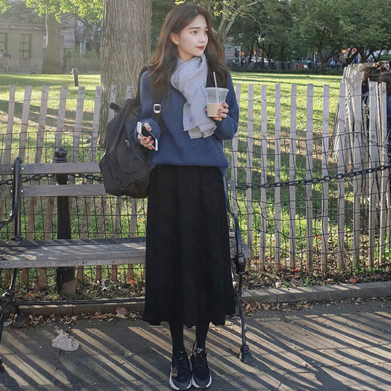 奔四的女人一定要会搭配!毛衣+半身裙即显时髦又凸气质,忒洋气