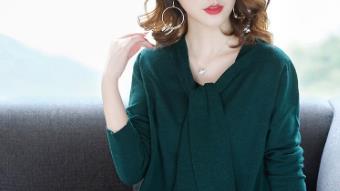 天气渐凉,别买太多薄秋裙了,还是趁早备上这款针织裙,时尚保暖