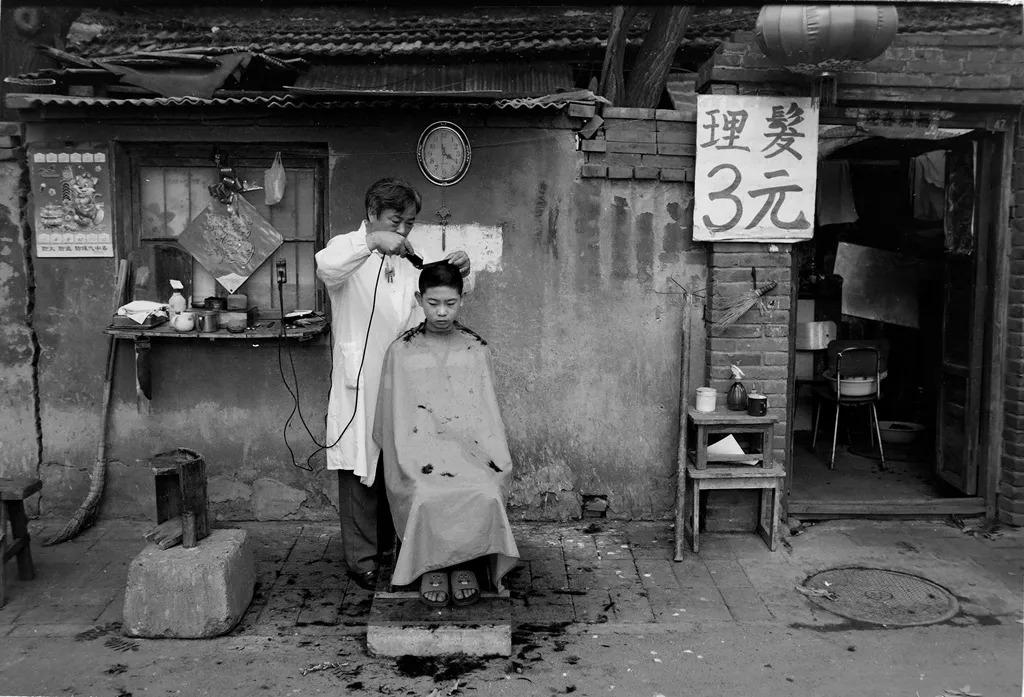 """街头理发已成回忆!中国人发明""""傻瓜理发器""""问世,不排队不求人"""