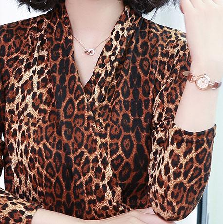 女人可以没钱,但不能俗气,中秋穿这上衣时髦又洋气,好看不得了