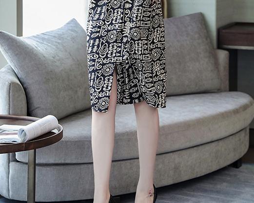 立秋了,如果你是个不差钱的70后女人,多穿这种真丝裙,贼美嫩